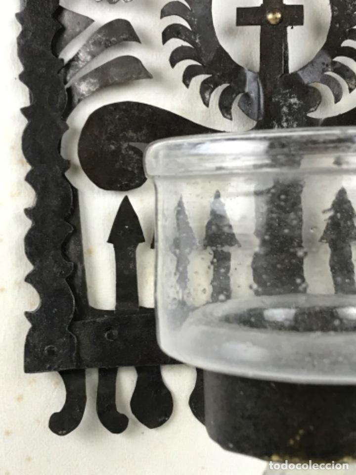 Antigüedades: MUY ANTIGUA LÁMPARA DE PARED DE ACEITE Y MECHA. HIERRO FORJADO SG XVII. CRISTAL DE ÉPOCA. - Foto 10 - 246660750