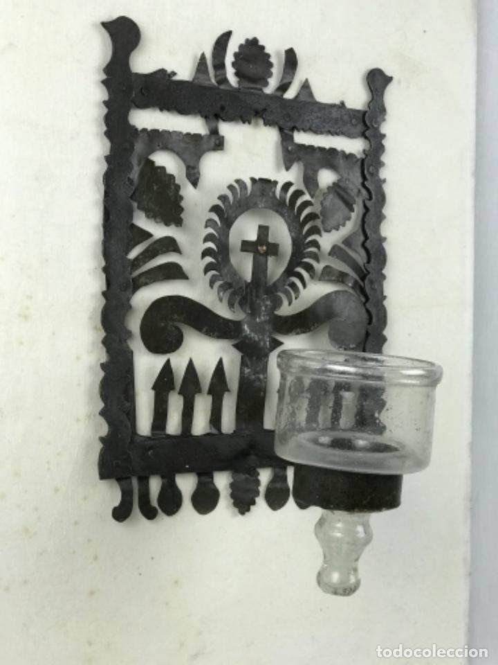 Antigüedades: MUY ANTIGUA LÁMPARA DE PARED DE ACEITE Y MECHA. HIERRO FORJADO SG XVII. CRISTAL DE ÉPOCA. - Foto 14 - 246660750
