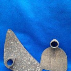 Antiquités: ANTIGUAS ASADAS PARA LABRADO DE LA TIERRA. Lote 247003310
