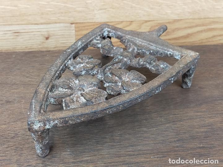 PIE EN FORJA PLANCHA (Antigüedades - Técnicas - Planchas Antiguas - Varios)