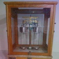 Antigüedades: ESPECTACULAR ANTIGUA BALANZA DE PRECISION CON URNA DE MADERA AÑOS 60´S PRECIOSA. Lote 247166845