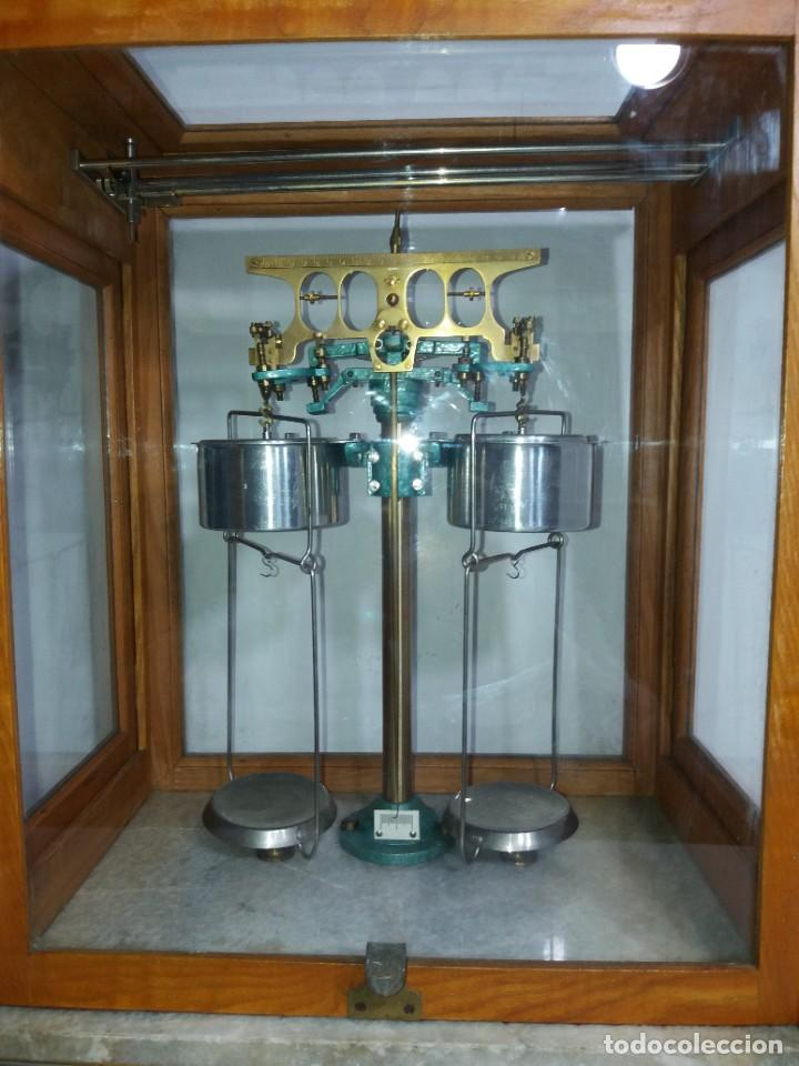 Antigüedades: ESPECTACULAR ANTIGUA BALANZA DE PRECISION CON URNA DE MADERA AÑOS 60´S PRECIOSA - Foto 4 - 247166845