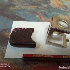 Antigüedades: LUPA PLEGABLE DE BOLSILLO VINTAGE DECADA 1950 MEDIDAS 3*3 CM FUNDA PIEL. Lote 247175235