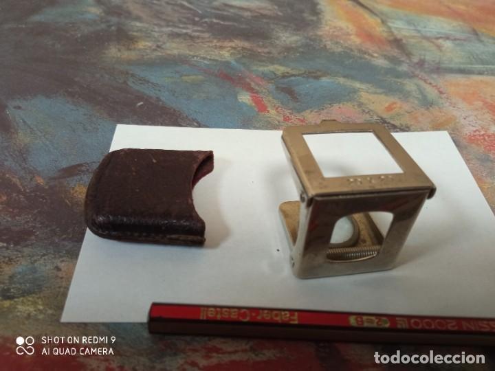 Antigüedades: Lupa plegable de bolsillo vintage decada 1950 medidas 3*3 cm funda piel - Foto 2 - 247175235