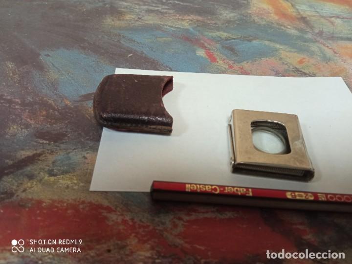 Antigüedades: Lupa plegable de bolsillo vintage decada 1950 medidas 3*3 cm funda piel - Foto 3 - 247175235