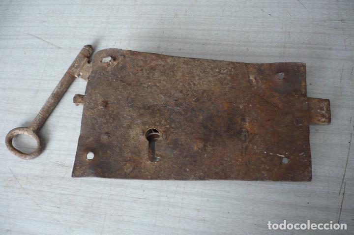 Antigüedades: cerradura con su llave gran tamaño - Foto 2 - 247539130