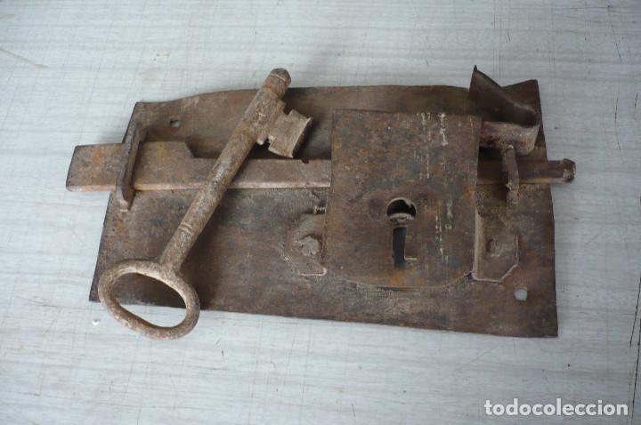 CERRADURA CON SU LLAVE GRAN TAMAÑO (Antigüedades - Técnicas - Cerrajería y Forja - Cerraduras Antiguas)