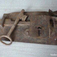 Antigüedades: CERRADURA CON SU LLAVE GRAN TAMAÑO. Lote 247539130