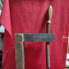 Antigüedades: ANTIGUO GATO TODO EN MADERA DE CARPINTERO. Lote 247577865