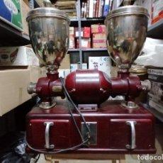 Antigüedades: ANTIGUO DOBLE MOLINILLO DE CAFE INDUSTRIAL ELECTRICO, MARCA MOBBA Nº 1782, MONOFASICO 125 - 220. Lote 248010685