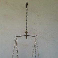 Antigüedades: ANTIGUA BALANZA DE LATÓN LABRADA. Lote 248708840