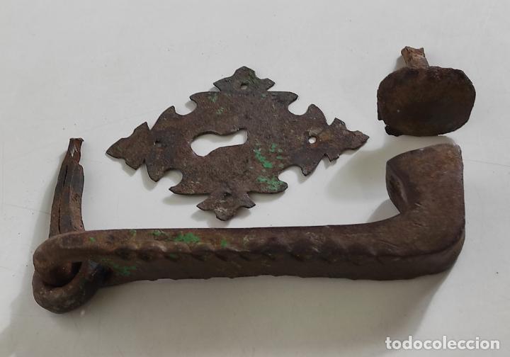 Antigüedades: Antigua Aldaba - Llamador - Picaporte y Bocallave - Hierro Forjado y Cincelado - S. XVII-XVIII - Foto 2 - 249524045