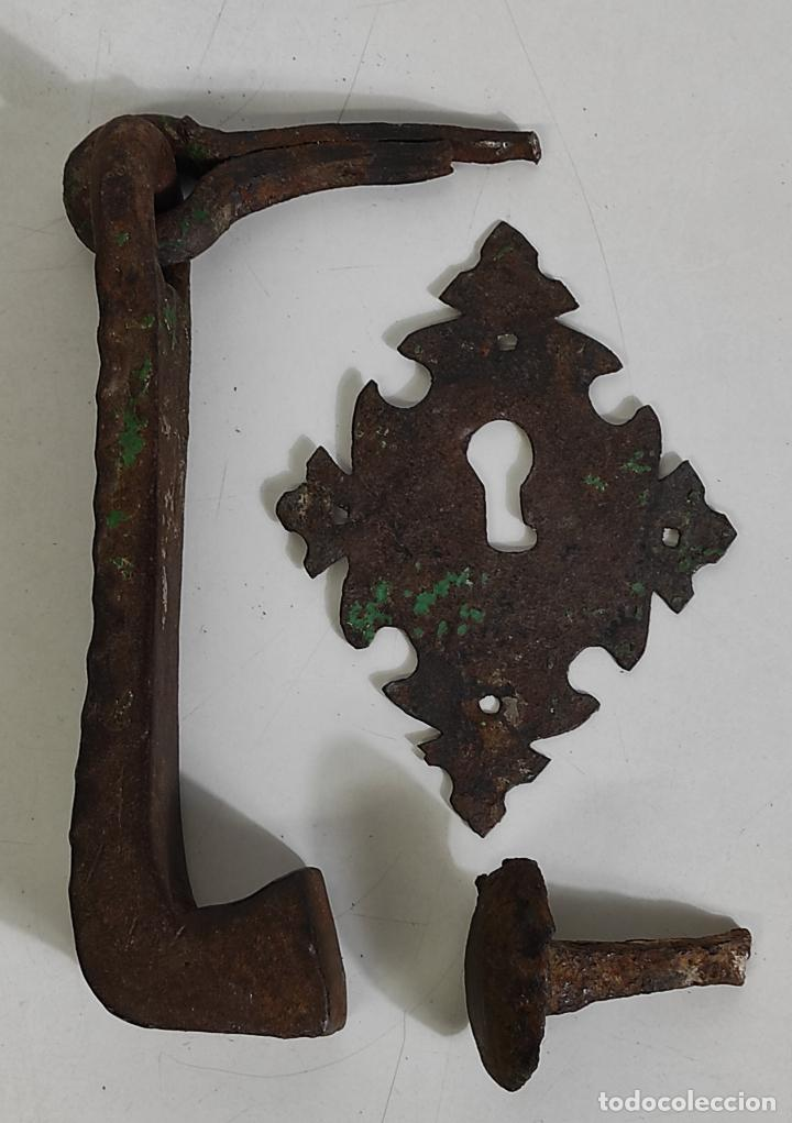 Antigüedades: Antigua Aldaba - Llamador - Picaporte y Bocallave - Hierro Forjado y Cincelado - S. XVII-XVIII - Foto 3 - 249524045