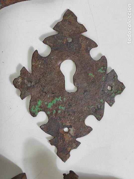 Antigüedades: Antigua Aldaba - Llamador - Picaporte y Bocallave - Hierro Forjado y Cincelado - S. XVII-XVIII - Foto 4 - 249524045