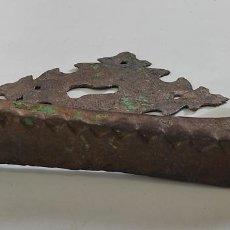 Antigüedades: ANTIGUA ALDABA - LLAMADOR - PICAPORTE Y BOCALLAVE - HIERRO FORJADO Y CINCELADO - S. XVII-XVIII. Lote 249524045