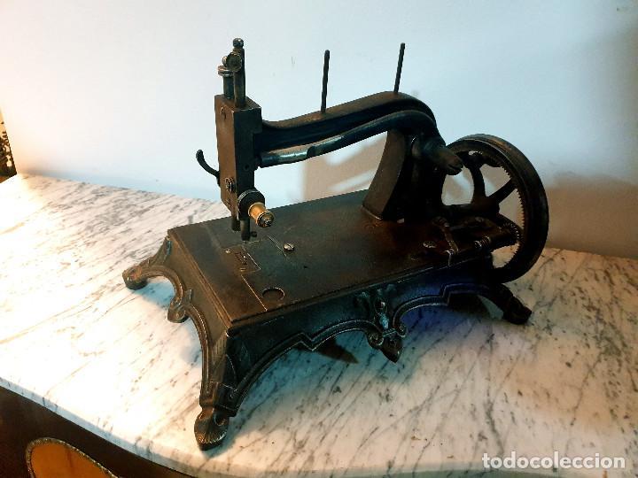 ANTIGUA MÁQUINA DE COSER PEQUEÑA EN HIERRO COLADO (Antigüedades - Técnicas - Máquinas de Coser Antiguas - Otras)