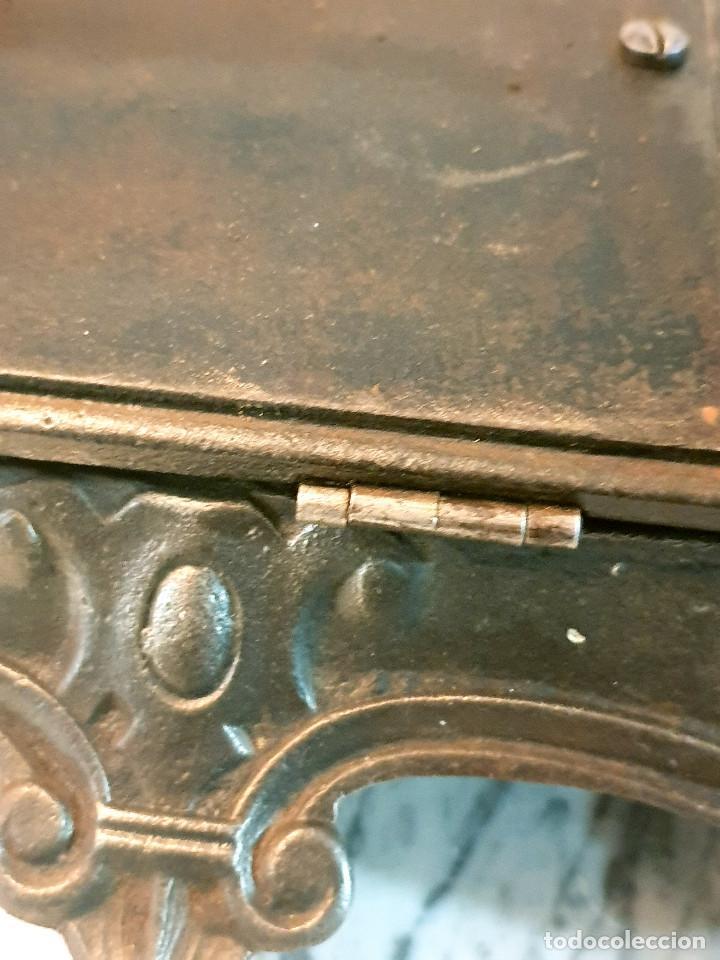 Antigüedades: ANTIGUA MÁQUINA DE COSER PEQUEÑA EN HIERRO COLADO - Foto 25 - 251082610