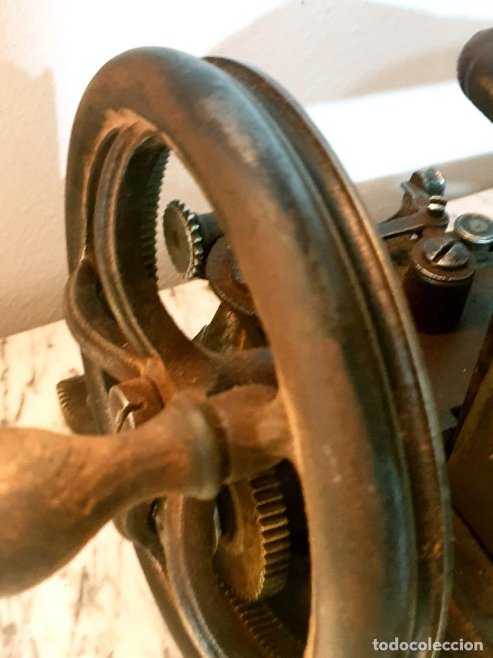 Antigüedades: ANTIGUA MÁQUINA DE COSER PEQUEÑA EN HIERRO COLADO - Foto 27 - 251082610