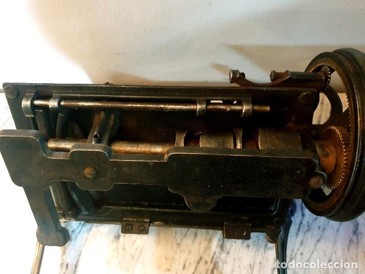 Antigüedades: ANTIGUA MÁQUINA DE COSER PEQUEÑA EN HIERRO COLADO - Foto 39 - 251082610