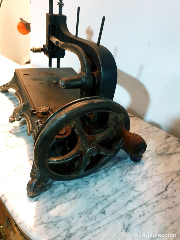 Antigüedades: ANTIGUA MÁQUINA DE COSER PEQUEÑA EN HIERRO COLADO - Foto 43 - 251082610