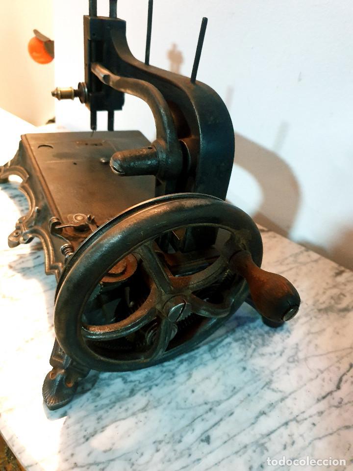 Antigüedades: ANTIGUA MÁQUINA DE COSER PEQUEÑA EN HIERRO COLADO - Foto 44 - 251082610