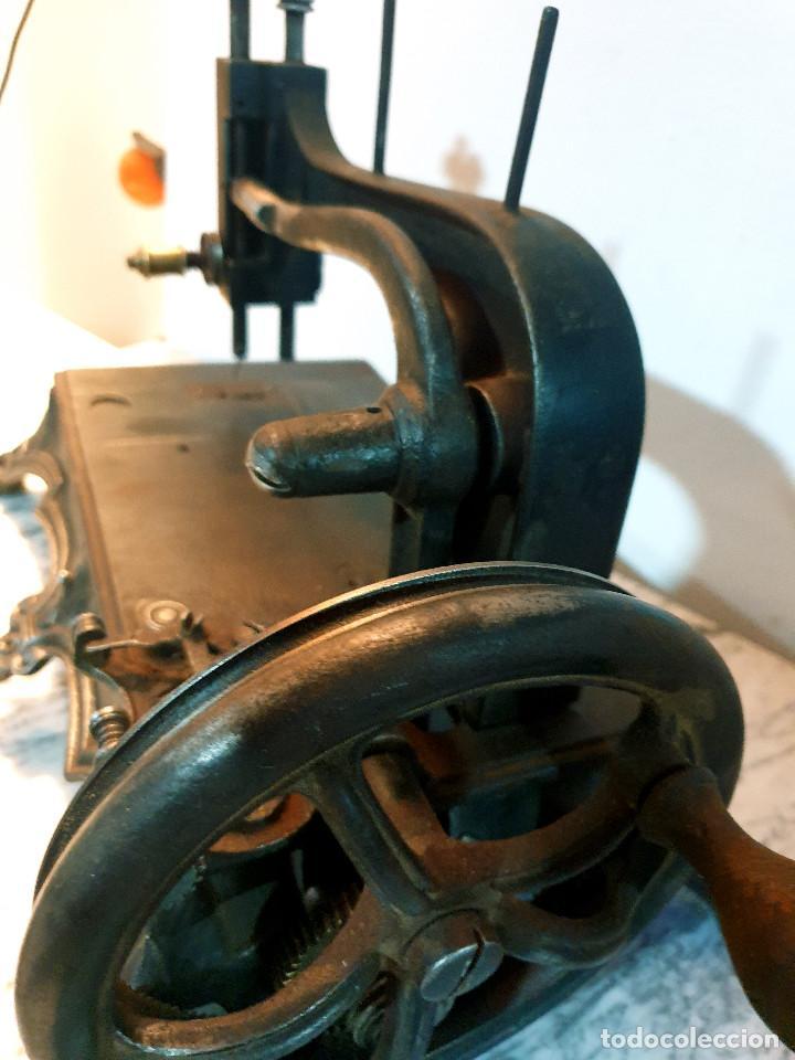 Antigüedades: ANTIGUA MÁQUINA DE COSER PEQUEÑA EN HIERRO COLADO - Foto 46 - 251082610