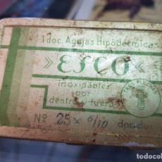 Antiguidades: ANTIGUA CAJA AGUJAS HIPODÉRMICAS JERINGUILLA MEDICO PRACTICANTE ESCO. Lote 251136830