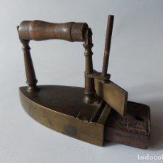 Antigüedades: ANTIGUA PLANCHA DE BRONCE. Lote 251369845