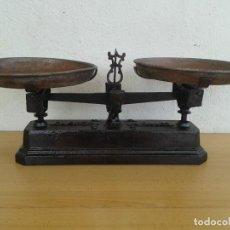 Antigüedades: ANTIGUA BALANZA PESA HIERRO FORJA M. RAMON BARCELONA. Lote 251410210