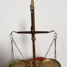 Antigüedades: ANTIGUA BALANZA DE PLATILLOS EN LATON CON PEANA DE APOYO PARA ESTABILIZAR. Lote 251551260