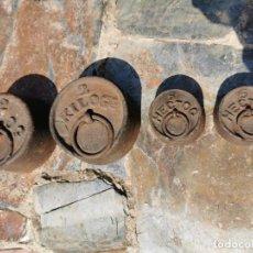 Antigüedades: JUEGO DE PESAS DE BASCULA UNA DE 2 KG Y DOS DE 500 GR. Lote 251647390