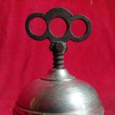 Antigüedades: RAREZA / EXPRIMIDOR DE COLECCION DE DISEÑO EN ROSCA / GRABADO Y PUNZONADO. Lote 251885370
