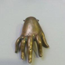 Antiquités: MANO DE ANTIGUA ALDABA. TIENE UN PESO DE 285 GRAMOS. MIDE 6,5 CM. DE ALTO X 4 CM. DE ANCHO. 2 FOTOS.. Lote 251929695