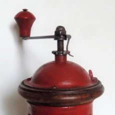 Antiquités: MOLINILLO DE CAFÉ CILÍNDRICO. MARCA ELMA. MODELO 1418 ROJO. ESPAÑA. CA. 1924/1960. Lote 251978335