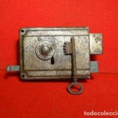 Antigüedades: CERRADURA ANTIGUA CON SU LLAVE, CERROJO CIERRE. Lote 252143425