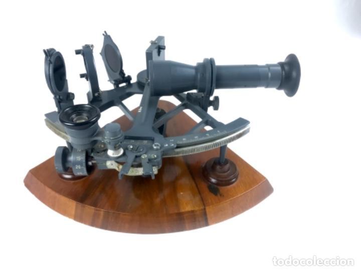 ANTIGUO SEXTANTE DE METAL ESMALTADO. CON NÚMERO SERIE 3144 (Antigüedades - Antigüedades Técnicas - Marinas y Navales)