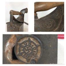 Antigüedades: PLANCHA ANTIGUA DE HIERRO Y MADERA CON ESVÁSTICA NAZI FABRICADA EN ELORRIO, VIZKAIA. Lote 252444965