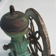 Antigüedades: MOLINILLO DE CAFE ESPAÑOL M.J.F 1920 HIERRO FUNDIDO Y MADERA. Lote 252522945