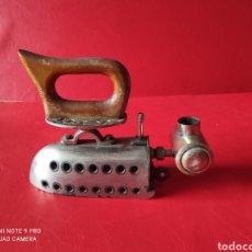 Antigüedades: ANTIGUA PLANCHA A GASOLINA O CUALQUIER OTRO COMBUSTIBLE EN ACERO INOXIDABLE CON EL MANGO DE MADERA. Lote 252654115