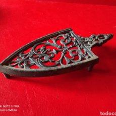 Antigüedades: ANTIGUO SOPORTE PARA PLANCHA EN HIERRO COLADO. Lote 252655515