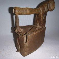 Antigüedades: ANTIGUA PLANCHA DE CARBON DE CHIMENEA. Lote 252820645