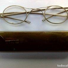 Antigüedades: GAFAS ANTIGUAS,CRISTAL OVALADO,MONTURA METALICA,CON SU ESTUCHE DE LATÓN (VER DESCRIPCIÓN). Lote 252826855