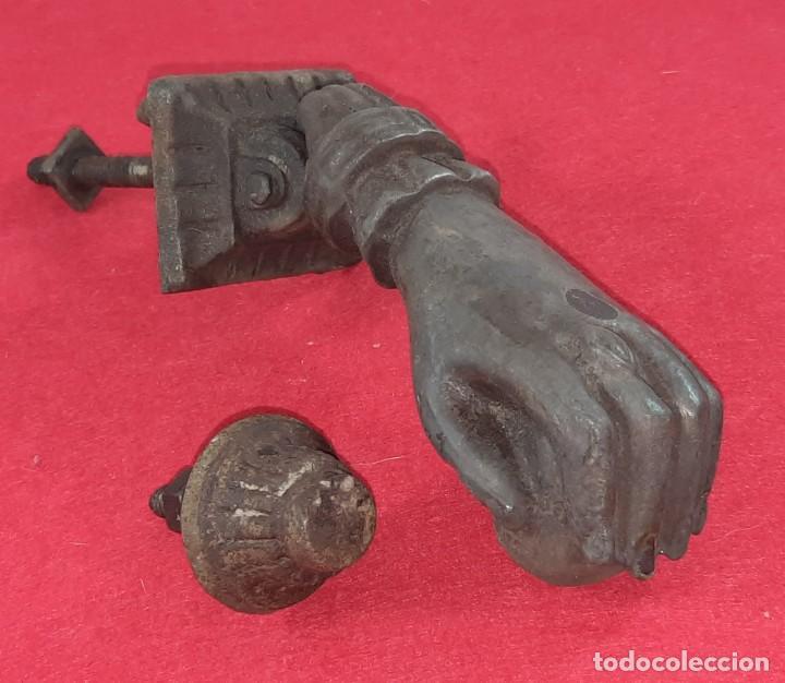 Antigüedades: ALDABA , LLAMADOR EN FORMA DE MANO - Foto 3 - 252846065