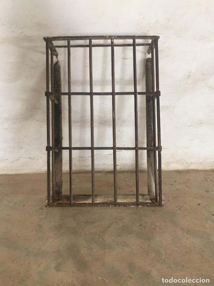 ANTIGUA Y GRAN REJA TIPO BALCÓN EN HIERRO CON MARCO (Antigüedades - Técnicas - Cerrajería y Forja - Forjas Antiguas)
