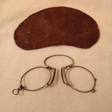 Antigüedades: QUEVEDOS CON SU FUNDA SIN CRISTAL. Lote 252864650