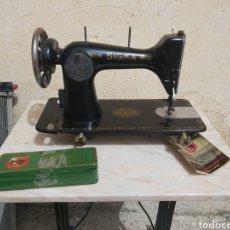 Antigüedades: MAQUINA DE COSER SIGMA EN BUEN ESTADO CON LIBRO Y CAJA.. Lote 252983700