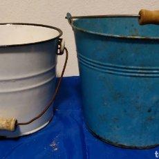 Antigüedades: 2 VINTAGE CUBOS DE METAL, DE COLOR AZUL,15X17CM Y REGALO CUBO BLANCO. Lote 253023550