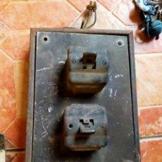 Antigüedades: ANTIGUO CUADRO PALANCAS INTERRUPTORES ELECTRICIDAD INDUSTRIAL - HOGAR BAQUELITA DOSMIL. Lote 253121365