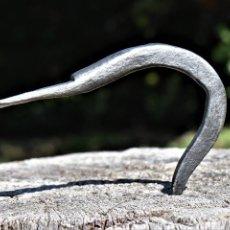 Antigüedades: GANCHO COLGADOR DE HERRERO GRANDE DE 15 CM DE ALTO POR 10 CM DE ANCHO. Lote 253412400