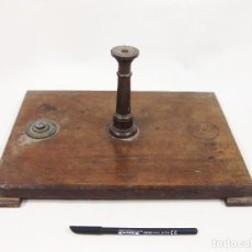 Antigüedades: BASE DE MADERA CON COLUMNA DE ALGÚN APARATO ANTIGUO CIENTÍFICO O DE PRECISIÓN. A. RAMIREZ. MADRID. Lote 253951460